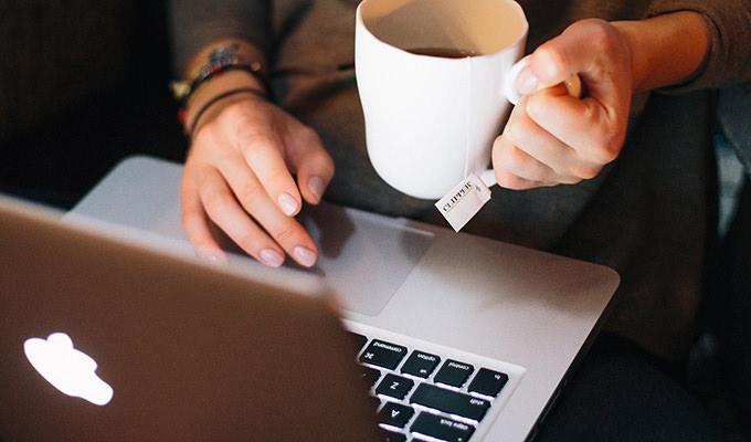 コーヒーを片手にブラウザからホームページ作成