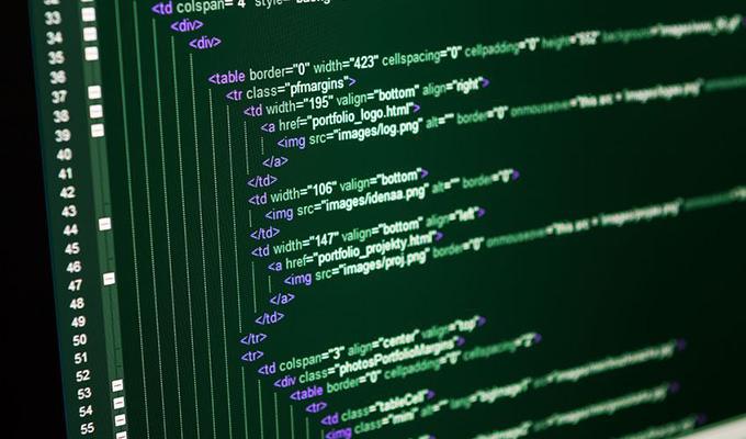 モニタに映し出されたHTMLソース